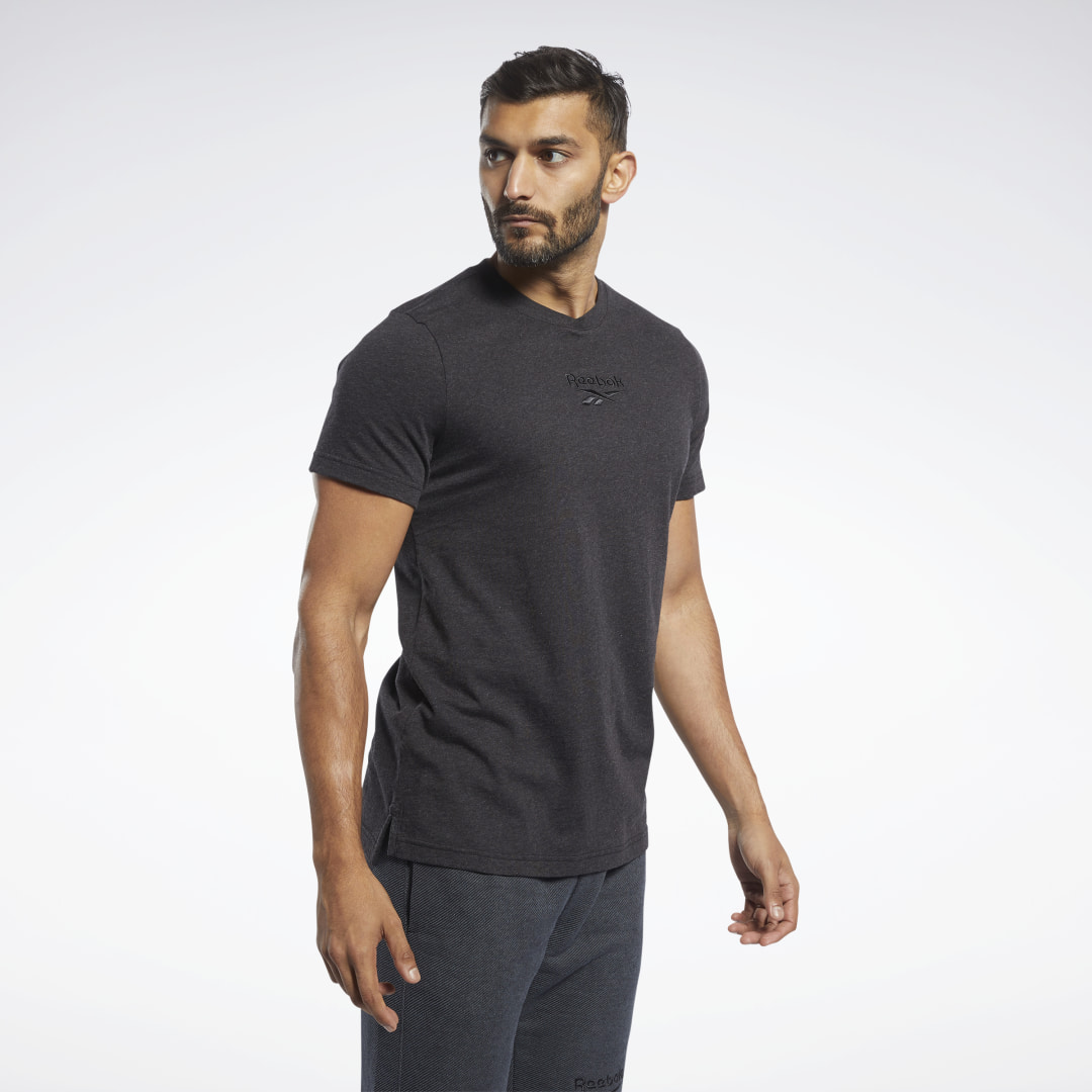 A sporty look for your downtime. This men\'s t-shirt raises your style level with a soft cotton build and clean design. The slim-fitting tee features an embroidered graphic on the chest. 100% cotton jersey Slim fit Ribbed crewneck Short sleeves Side slits