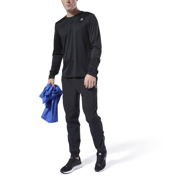 Turn up the tempo as the temperatures drop. This long sleeve men\'s shirt is made of a lightweight, stretchy fabric for a full range of motion as you increase your stride. Mesh panels add extra ventilation and sweep away sweat, so you stay dry and comfortable during long-distance runs. 52% recycled polyester / 48% polyester interlock Designed for: Running Regular fit Speedwick fabric wicks sweat to help you stay cool and dry Reflective details for added low-light visibility Mesh panels for ventilation and breathability; Crewneck; Long sleeves Imported