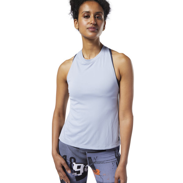 In the studio or out of it, your style makes a statement. This women\'s tank top brings a modern edge to your daily workout with high slits and a revealing racer-back design. A slightly longer back hem adds extra coverage and style. 100% polyester jersey Designed for: Training Regular fit Crewneck Side slits with droptail hem Imported