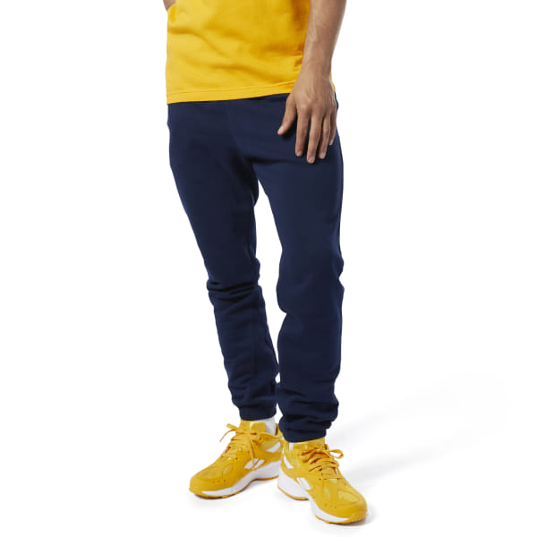 A modern take on an everyday essential. These men\'s jogging pants have a slim fit and tapered legs for a sleek look. French terry fabric gives them an extra-soft feel. 100% cotton French terry Slim fit Ribbed cuffs Tapered leg We partner with the Better Cotton Initiative to improve cotton farming globally Imported